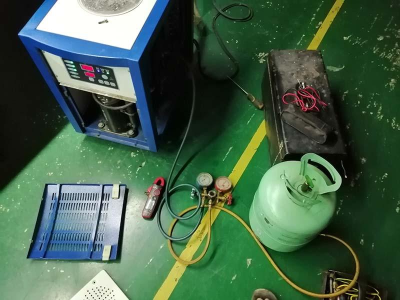 激光冷水机维修中